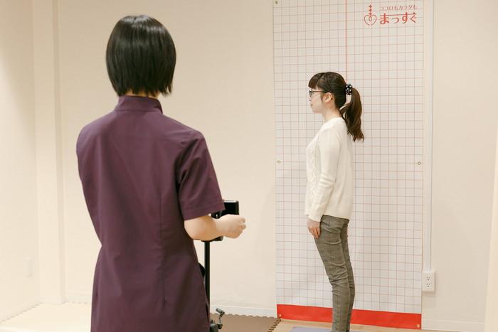 星野BodyCare鍼灸整骨院 姿勢の写真撮影をしている画像
